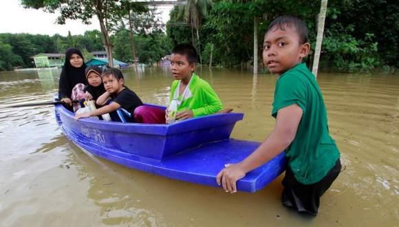 泰国南部也拉府洪涝 人们划船出行