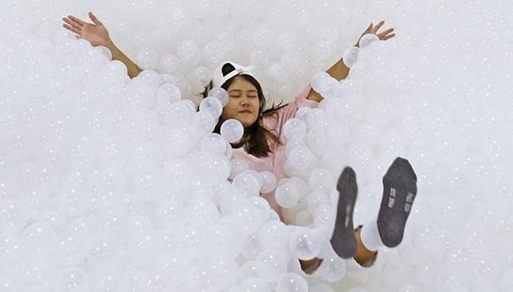 """曼谷購物中心25萬個塑料球打造白色""""沙灘"""" 吸引遊客玩耍"""