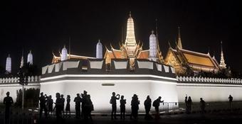 泰國先王普密蓬火葬禮持續 民眾著素衣悼念(組圖)