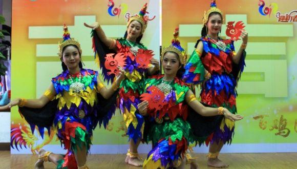 """泰国汉语教师跳""""斗鸡舞""""迎中国鸡年"""